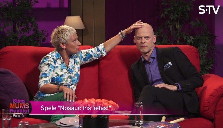 Anna Šteina māca Valdim Melderim uzklāt sejas krēmu