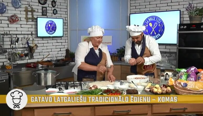 Gatavo latgaliešu tradicionālo ēdienu - komas