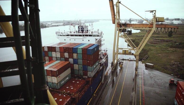 Rīgas ostā atklāj jauno konteinerceltni