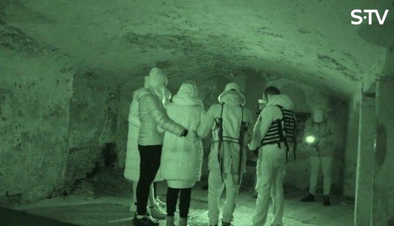 Amuna Davis ar draugiem piedalās spoku medībās