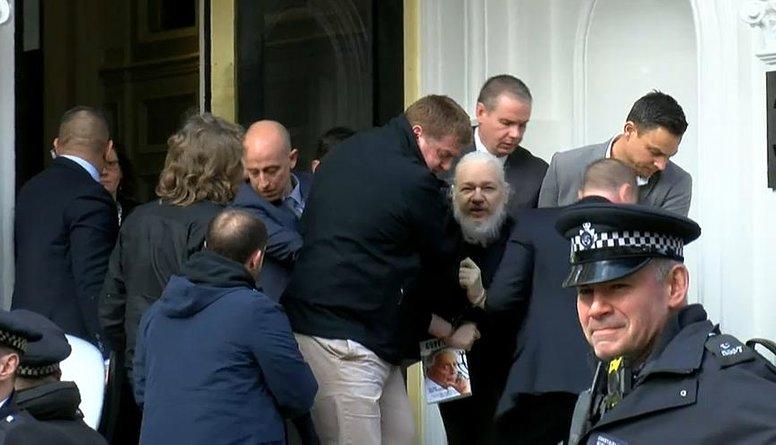 Lielbritānijas policija aizturējusi 'WikiLeaks' dibinātāju Asanžu