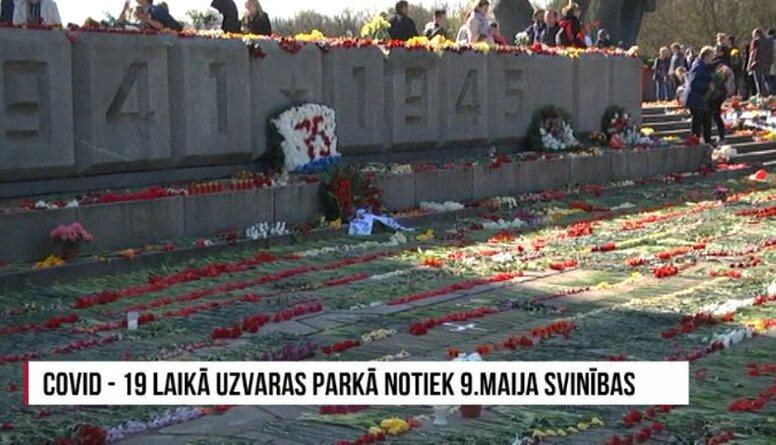 Pandēmijas laikā Uzvaras parkā tūkstošiem cilvēku atzīmē 9. maiju
