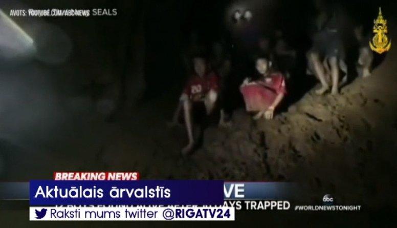 Taizemē pēc deviņām dienām atrasta alās pazudusī bērnu futbola komanda