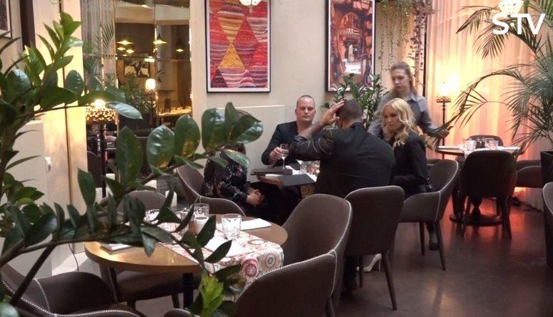 Kivičs ar Skulmi iet vakariņās ar svešiniekiem