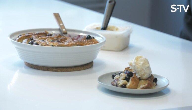 Vienkārša deserta recepte, izmantojot baltmaizi, olas, kanēli un ogas