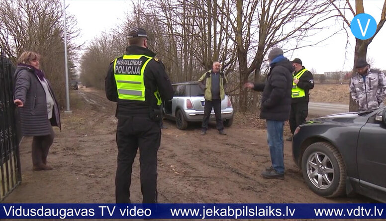 Jēkabpilieši sūdzas par krūmu izzāģēšanu Daugavpils ielā