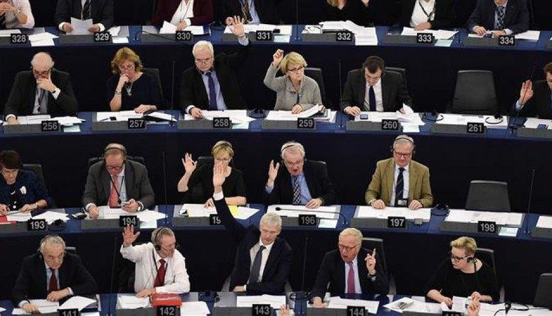 Grostiņš: EP deputātam ir izvēle - strādāt un saņemt algu vai nestrādāt un saņemt algu