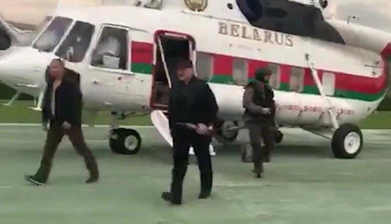 Lukašenko no helikoptera izkāpj ar automātu rokās. Ko tas nozīmē?