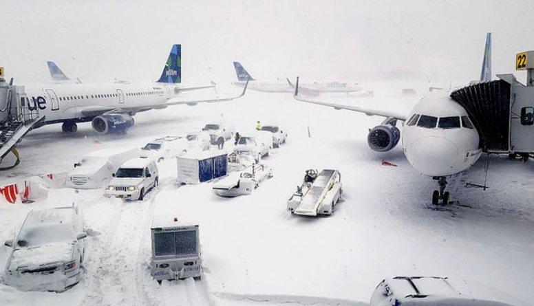 ASV atcelti vairāk nekā 2500 avioreisu sniegputeņa dēļ