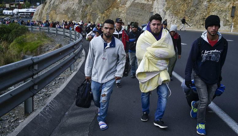 Krīze Venecuēlā: Iedzīvotāji masveidā evakuējas uz Kolumbiju