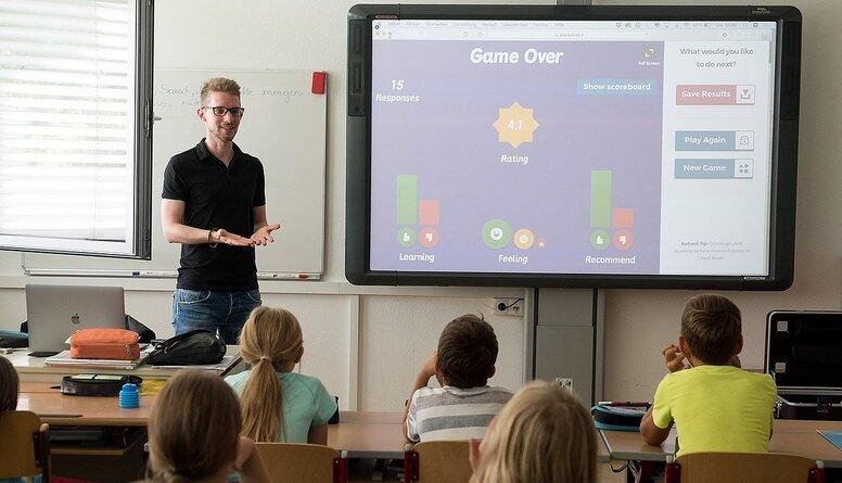 """Par skolotāju varēs kļūt gada laikā. Dombrovskis: """"Tas ir valdības PR gājiens"""""""