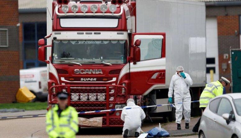 Kravas mašīnā Lielbritānijā atrasti 39 cilvēku līķi