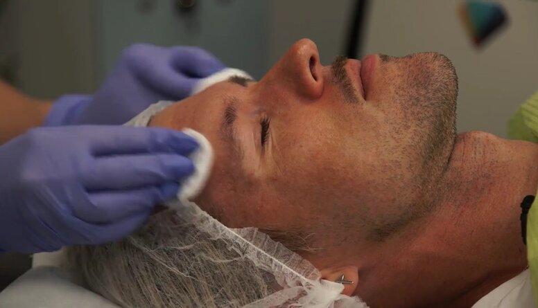 Mūziķis Markus Riva izmēģina sejas ādas uzlabošanas procedūras
