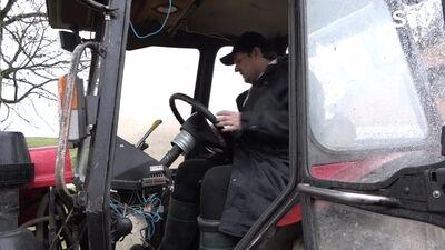 Amuna Davis un Stefa mācās braukt ar traktoru