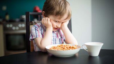 Vai likt bērnam izēst visu šķīvi, ja viņš vairs nevēlas?