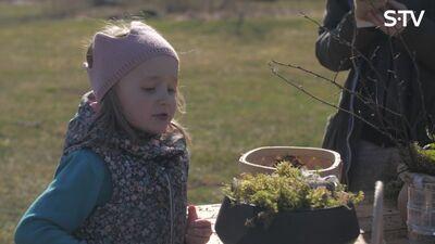 Idejas kā pavadīt laiku dabā kopā ar bērniem - pavasara galda dekoru veidošana