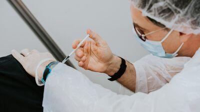 Papule: Arī uz senioriem balstās atbildība par atteikšanos no konkrētas Covid-19 vakcīnas
