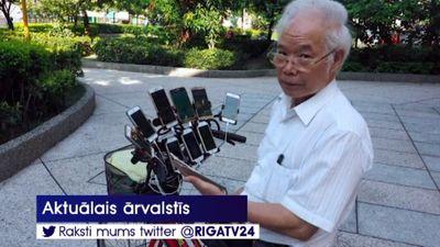 Interneta sensācija - 70 gadus vecs sirmgalvis, kas medī pokemonus
