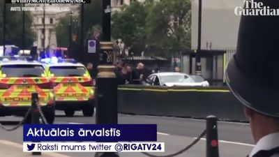 Londonā barjerās pie parlamenta ēkas ietriecas auto; notikušo izmeklē kā terora aktu