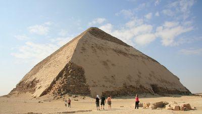 """Ēģiptē apmeklētājiem atklāta slavenā piramīda """"Bent"""""""