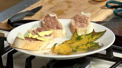 Kā Ieva no Ventspils mācīja Roberto tīrīt sviesta bekas un ēst tās ...svaigas!