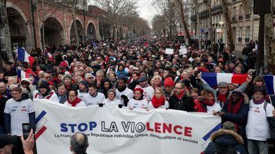 """Parīzē """"sarkanie lakatiņi"""" protestē pret """"dzelteno vestu"""" vardarbību"""