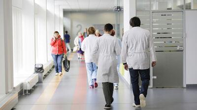 Biedējoša statistika: nozarē trūkst ap 3500 medicīnas māsu