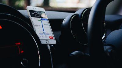Anitens un Puče par telefona lietošanas ieradumiem automašīnā