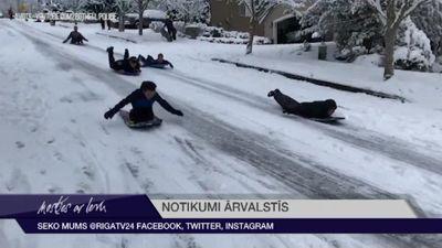 Ieskaties: ASV pilsētas Sietlas policija nododas ziemas priekiem!