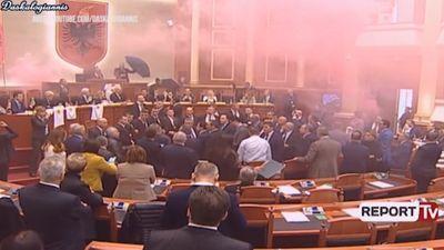 Albānijas opozīcija parlamenta zālē iesviež dūmu bumbas
