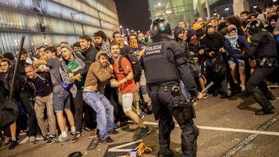 Asiņaini protesti Katalonijā: teju 200 guvuši ievainojumus