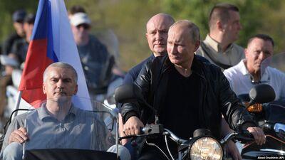 """Krimā Putins ar motociklu braucis kopā ar """"Nakts vilkiem"""""""