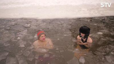 Rūdīšanās skolas dibinātājs un treneris par pareizu ziemas peldēšanu āliņģī