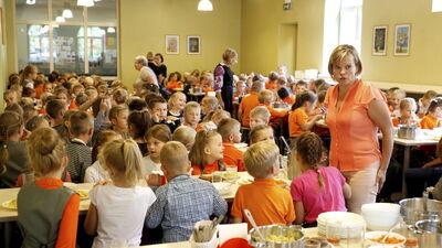 Skolēnu brīvpusdienu apmaksu IZM grib pārcelt no valsts uz pašvaldību budžetiem