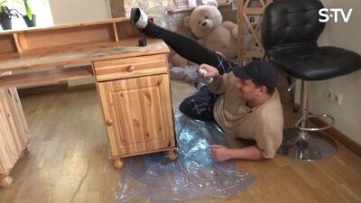 Amuna Davis pārkrāso mēbeles, bet šis tas nepadodas