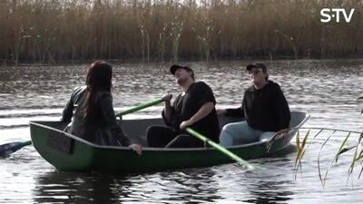 Amuna Davis ar draugiem izbrauc ar laivām un dzied dziesmas