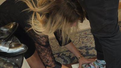 Kāpēc blondīne nometusies ceļos pie Rešetina kājām?