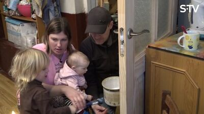 Žanis un Magone māca bērniem lakot durvis