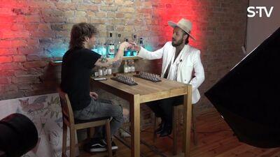 Kašers stāsta kā ir dzert un sniegt interviju
