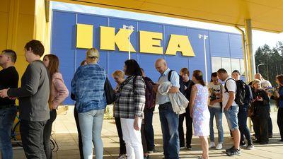 No IKEA veikala tiek evakuēti cilvēki