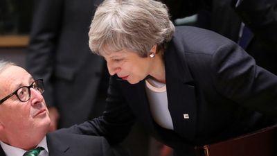 """Meja uzteic progresu """"Brexit"""" sarunās ar Junkeru"""