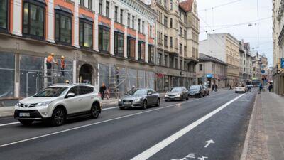 Pēc plāna Čaka ielā nav jābūt velojoslai, bet realitātē tā ir izbūvēta. Kāpēc?