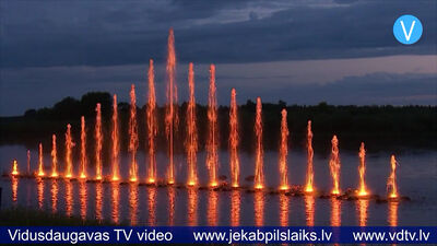 Līvāniešus un pilsētas viesus priecē muzikālās gaismas strūklakas