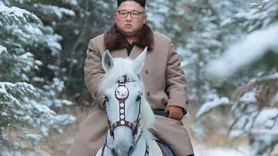 Ziemeļkorejas līderis balta rumaka mugurā jāj uz Svēto kalnu