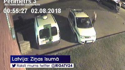Puspliks vīrietis Pļavniekos ar cirvi izsit logus divām policijas mašīnām