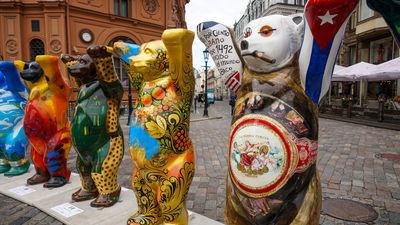 Doma laukumu ieņēmuši divmetrīgi lāči no Berlīnes