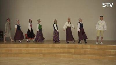 Ērkšķu dāmas mācās sevi pasniegt tautas tērpos