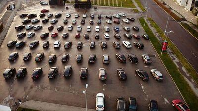 Aizvien lielāku popularitāti Latvijā gūst drive-in pasākumi