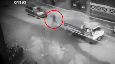 Nofilmēts spoks? Filipīnās automašīnu pilnu ceļu šķērso vīrieša siluets