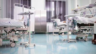 """""""Cilvēkus ārstē mediķi, nevis telpas."""" Finansēs veselības infrastruktūru, bet mediķu algas nē?"""